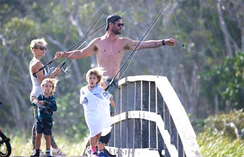 Hồi cuối tháng 2, Chris Hemsworth được bắt gặp cùng vợ con đi câu cá ở quê nhà. Ảnh: MetroUK.