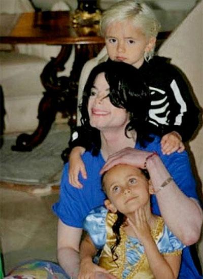 Khi còn sống, danh ca luôn thân thiết với con. Những đứa trẻ cũng quấn bố. Trong ảnh, Prince cưỡi trên lưng Michael còn Paris ngồi trong lòng bố.