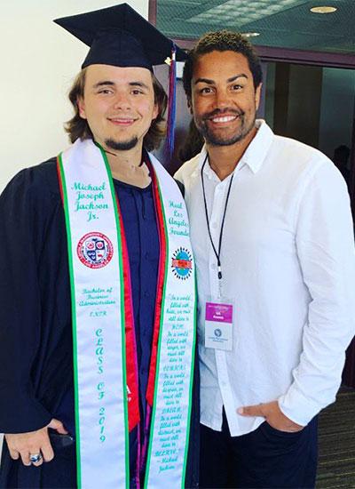 Prince Michael Jackson bên TJ Jackson ở ngày tốt nghiệp đại học. Ảnh: Twitter.
