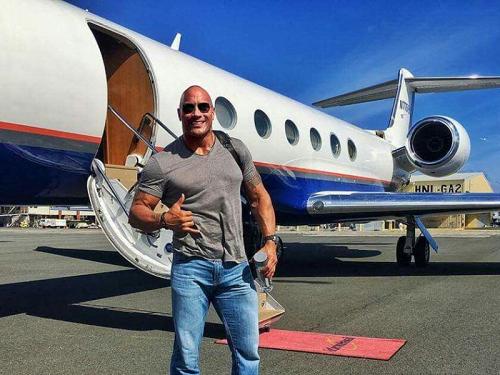 Được đánh giá là diễn viên hạng A của Hollywood, tài tử Dwayne Johnson nổi tiếng với lối sống xa hoa. Với mức cát-xê trung bình khoảng 64 triệu USD mỗi năm (số liệu từ Forbes), anh dễ dàng sắm chiếc Gulfstream G650 (trị giá khoảng 68 triệu USD). Theo tạp chí Travel, nam diễn viên cùng chú chó Hobbs là hai hành khách luôn có mặt trong mỗi chuyến bay.