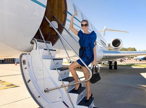 Theo tạp chí Travel, Celine Dion bỏ ra khoảng 42 triệu USD cho chiếc Bombardier BD 700 Global Express. Cô để chiếc máy bay riêng tại biệt thự trên một hòn đảo thuộc Canada.