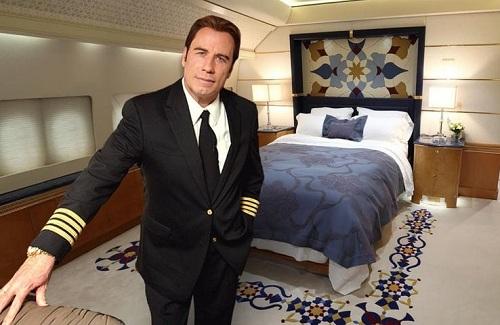Tại Hollywood, John Travolta là người nổi tiếng với niềm đam mê với những chiếc máy bay. Theo tạp chí Hotcars, tài tử người Mỹ sở hữu năm chiếc phi cơ riêng. Anh cũng có bằng phi công chuyên nghiệp. John biến ngôi nhà tại Florida của mình thành một sân bay riêng. Diễn viên Pulp Fiction cũng là đại sứ thương hiệu của hãng hàng không Qantas Airway.