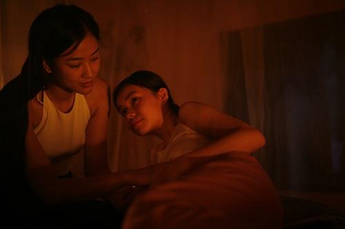 Yếu tố đồng tính nữ trong phim được thể hiện nhẹ nhàng. Cảnh này có màu nóng thay cho tông xanh dịu chiếm ưu thế trong phim.