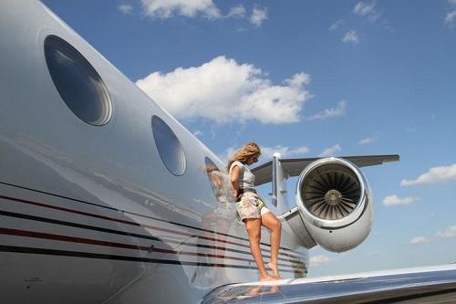 Beyonce mua tặng chồng, rapper Jay Z, chiếc Bombardier Challenger 850 (trị giá khoảng 40 triệu USD) trong Ngày lễ của cha. Chiếc máy bay được thiết kế riêng và đặt tên theo tên thật của chàng rapper (Shawn Carter). Khoang máy bay có nhà bếp, phòng ngủ, hai phòng tắm. Các nội thất đều được bọc da. Người hâm mô thường xuyên thấy gia đình ca sĩ đăng những hình ảnh quây quần trong những chuyến đi trên chiếc máy bay riêng.