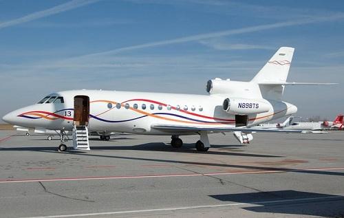 Đối với các sao Hollywood, sở hữu máy bay riêng là biểu tượng của sự giàu có và thành công. Tuy nhiên, Taylor Swift ít khi khoe chiếc Dassault Falcon 900 trị giá gần 45 triệu USD. Cô chỉ xuất hiện cạnh chiếc phi cơ trong những bức ảnh bị chụp trộm tại sân bay. Nữ ca sĩ đơn giản sắm máy bay riêng để phục vụ những chuyến lưu diễn vòng quanh thế giới và đáp ứng lịch làm việc dày đặc.