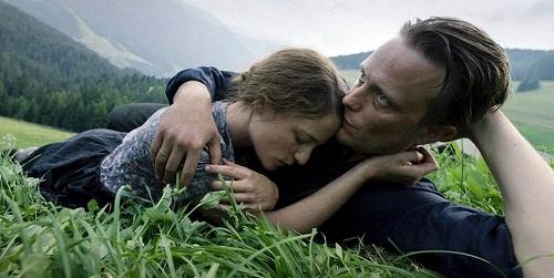 Diễn viên August Diehl (phải) và Valerie Pachner trong phim.