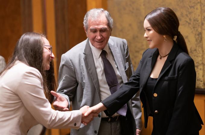 Lý Nhã Kỳ đón tiếp đoàn ngoại giao Romania