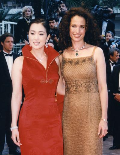Năm 1998, Củng Lợi làm khách mời trao giải. Cô sánh bước trên thảm đỏ cùng đồng nghiệp người Mỹ - Andie MacDowell.