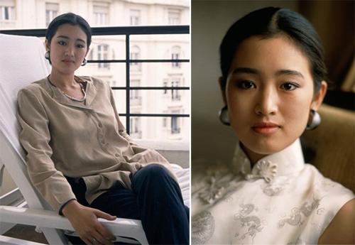 Năm 1988, Củng Lợi lần đầu tham dựLHP Cannes. Ifeng nhận xét trang phục của diễn viên 23 tuổigiản dị. Giai đoạn này, cô chọn xường xám để dự các sự kiện lớn.