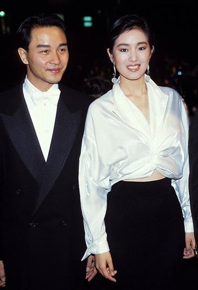 Hình ảnh Củng Lợi bên Trương Quốc Vinh trên thảm đỏ LHP năm 1993 lưu dấu ấn sâu đậm với nhiều khán giả. Sina đánh giá lúc này Củng Lợi đạt phong độ đỉnh cao, mang phong thái tự tin.