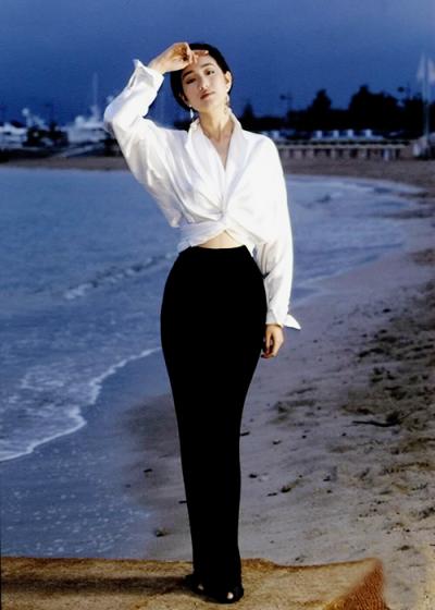 Khoảnh khắc Củng Lợi trên bờ biển Cannes đánh dấu thời kỳ rực rỡ trong sự nghiệp của cô.