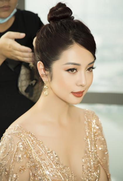Phần tóc mái được chải thấp che vết thương nằm ở trán của hoa hậu.