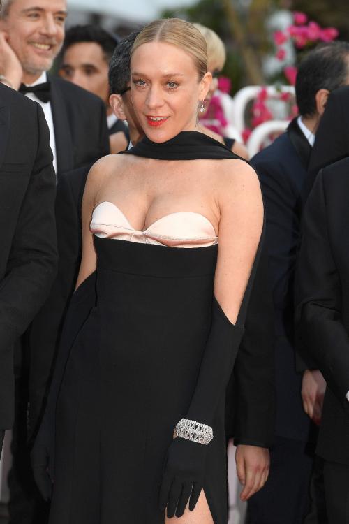 Ngôi sao của bộ phim The Dead Dont DieChloë Sevignychọnchiếc lắc tay bằng vàng trắng 18K đính kim cương (74.59ct) và một đôi bôngtai đính hai viên kim cương brilliant cut (3ct mỗi viên) từ BST Haute Joaillerie.