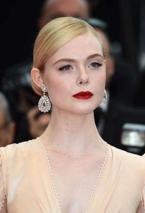 Elle Fanning, nữ diễn viên người Mỹ, thành viên trẻ tuổicủa Ban giám khảo LHP Cannes lần thứ 72 tỏa sáng với đôi hoa tai từ BST Red Carpet của Chopard bằng vàng trắng 18K đính hai viên kim cương kiểu rose-cut (17.82ct), phối với những viên kim cương hình giọt lệ (16.54ct). Diễn viên Maleficent chọn đeomột chiếc nhẫn từ BST Temptations bằng vàng hồng 18K đính một viên tourmaline tím hình trái tim, kim cương, cùng với môt chiếc nhẫn từ BST Magical Setting bằng vàng trắng 18K đính kim cương tròn (10.62ct)