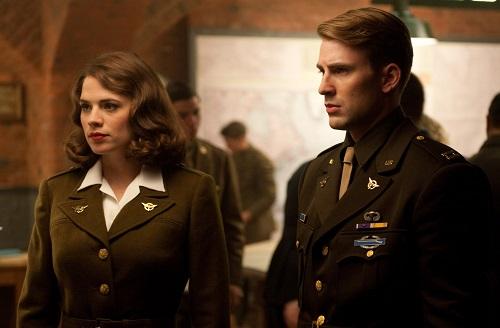 Captain America (phải) và Peggy trong Captain America: The First Avenger (2011). Peggy là sĩ quan cấp caotrong chương trình tạo siêu chiến binh của Mỹ, về sau yêu Captain America.
