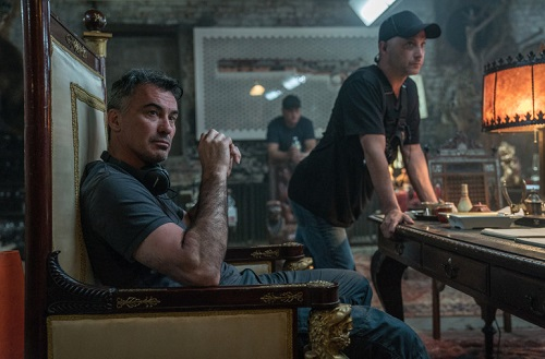 Đạo diễn Chad Stahelski (trái) trên phim trường. Stahelski xuất thân là diễn viên đóng thế trước khi thực hiện ba phần John Wick. Anh và Keanu Reeves được xem là những người góp công lớn cho thành công của series.