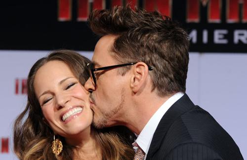 Robert Downey Jr. và vợ ở buổi ra mắt phim. Ảnh: popsugar.