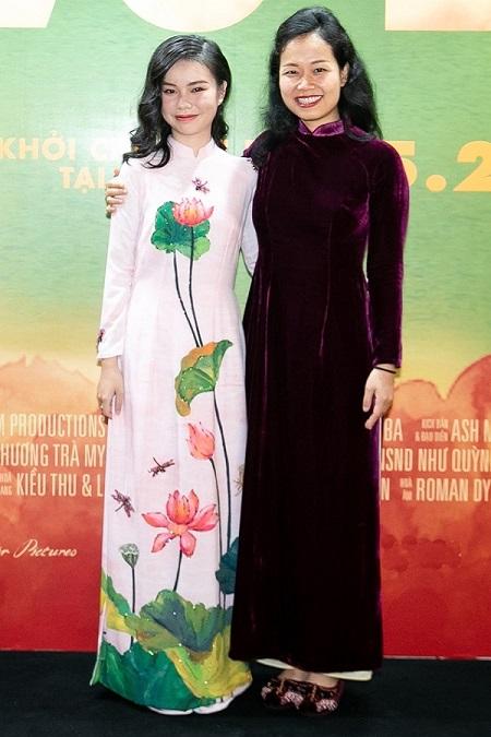 Trà My (trái) và đạo diễn Phương Anh ở buổi ra mắt phim.