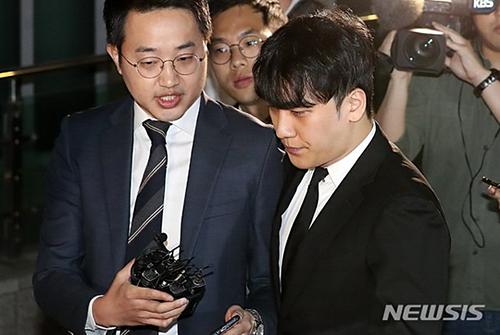 Seungri rời khỏi sở cảnh sát tối 14/5.