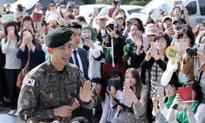 Hàng trăm fan vây kín ca sĩ thần tượng Hàn ngày xuất ngũ