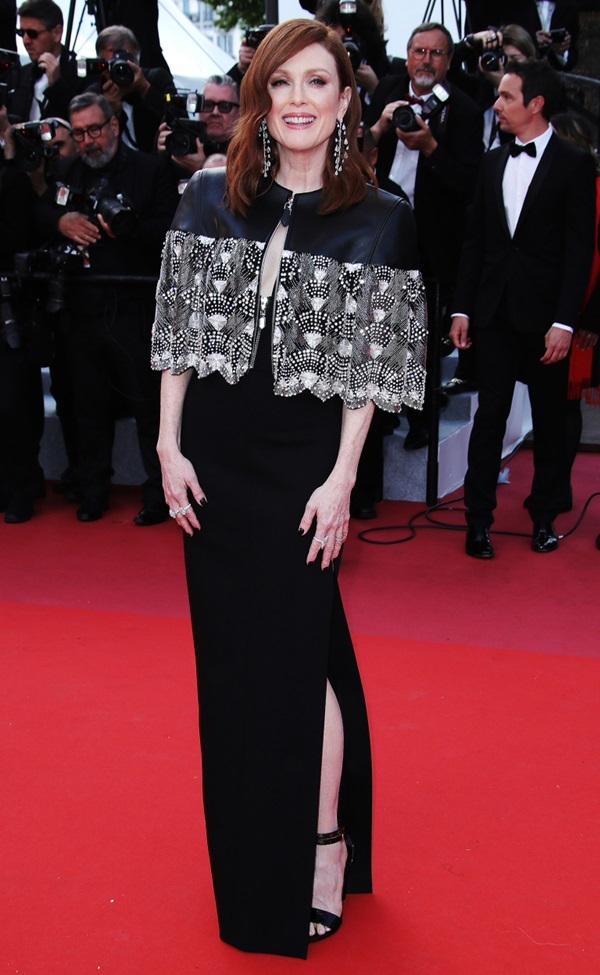 Alessandra Ambrosio tung váy khoe vòng ba trên thảm đỏ