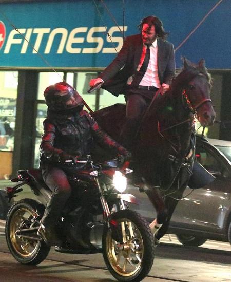 Hậu trường cảnh Keanu Reeves cưỡi ngựa diễn hành động. Ảnh: Lionsgate.