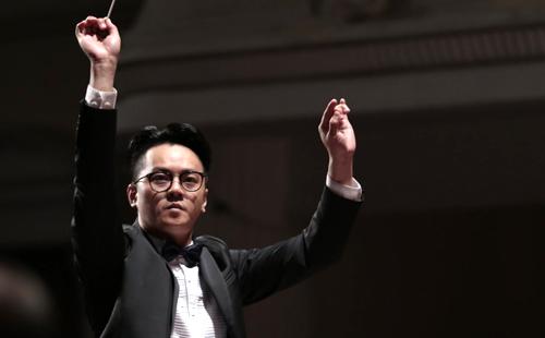 Nhạc trưởng Trần Nhật Minh tham gia vào chương trình.