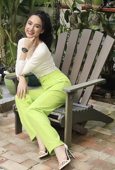 Angela Phương Trinh chọn phong cách tối giản với áo phông và quần âu.