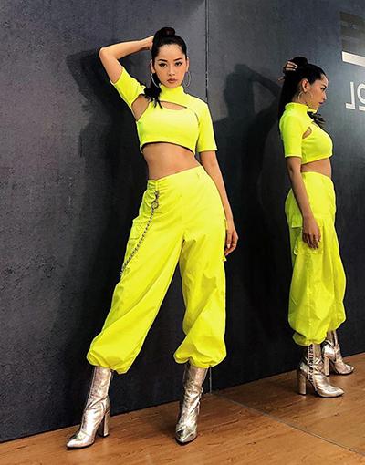 Chi Pu khoe cá tính trong bộ đồ gồm crop top và quần bo gấu.
