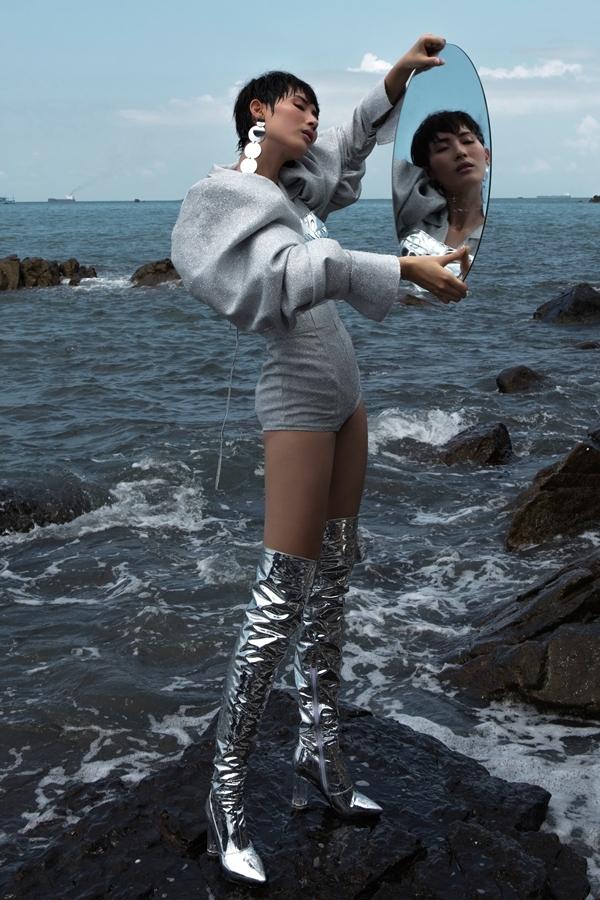 Hằng Nguyễn diện trang phục ánh bạc trước biển