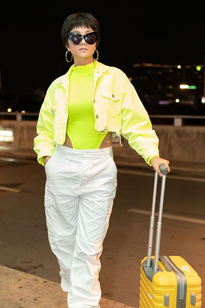 Màu neon là một trong những xu hướng được yêu thích trong năm nay, xuất hiện ồ ạt trên các sàn diễn thế giới.