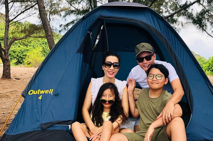 Gia đình Hoàng Bách ra đảo nghỉ dưỡng
