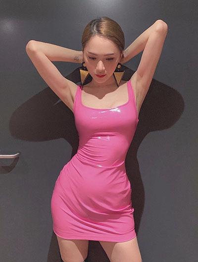 Hoa hậu Hương Giang chuộng gam màu hồng neon.