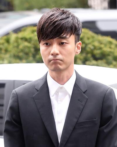 Roy Kim xuất hiện ở sở cảnh sát chiều 10/4.