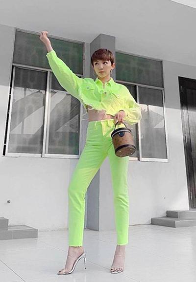 Cả bộ denim xanh neon được Tóc Tiên nhấn bằng túi hộp Louis Vuitton.