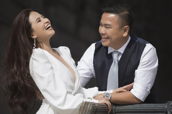 Đạo diễn 'Cua lại vợ bầu' cưới vợ kém 12 tuổi