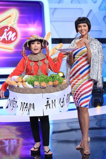 Việt Hương catwalk với trang phục Bánh mỳ giống HHen Niê