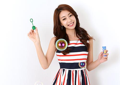 Jo Eun Jung sinh năm 1994 tại Seoul, Cô tốt nghiệp khoa múa truyền thống, Đại học Nữ sinh Ewha. Trước khi theo đuổi nghề phóng viên, phát thanh viên, MC của đài SBS, cô từng làm người mẫu, host của chương trình Champions Korea (từ năm 2014 đến 2016). Jo Eun Jung được khen duyên dáng, hoạt ngôn và ứng biến linh hoạt.