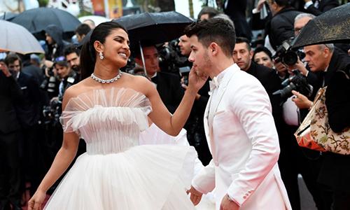 Đây là lần đầu Priyanka Chopra dự liên hoan phim Cannes. Cô đến Pháp trước chồng vài ngày. Tạp chí Elle đánh giá cặp sao lộng lẫy, sang trọng.