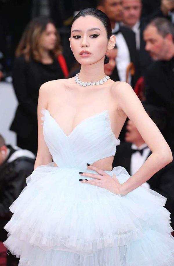 Người tình của con trai 'vua sòng bạc Macau' mặc hở eo ở Cannes