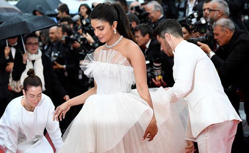 Nick Jonas nâng váy, che ô cho vợ hoa hậu trên thảm đỏ Cannes - 2