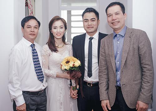 Vợ chồng Trọng Hùng (giữa) và người thân trong ngày cưới.
