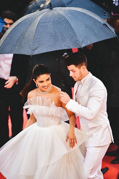 Nick Jonas liên tục nắm tay, giúp vợ di chuyển trong bộ váy cồng kềnh.