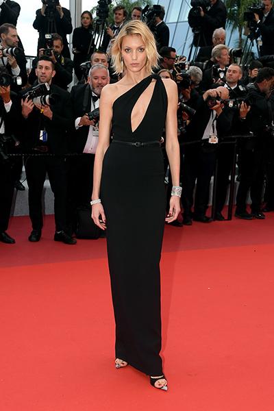 Người mẫu Anja Rubik diện đầm Saint Laurent.