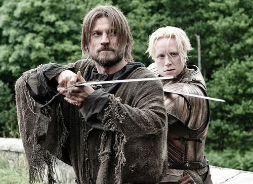 Một tình tiết xúc động ở tâp cuối Game of Thrones là khi Brienne (phải) ghi chép lại sự nghiệp, công trạng của Jaime Lannister - hiệp sĩ trải qua nhiều thăng trầm trong series.