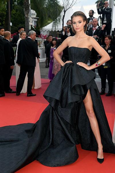Thiên thần Victorias Secret Josephine Skriver diện đầm haute couture của Ali Younes.