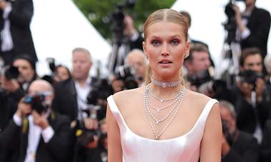 Dàn người mẫu đổ bộ thảm đỏ Cannes với đầm cắt xẻ