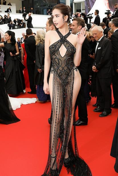 Ngọc Trinh mặc hở hang trong lần đầu xuất hiện trên thảm đỏ Cannes.