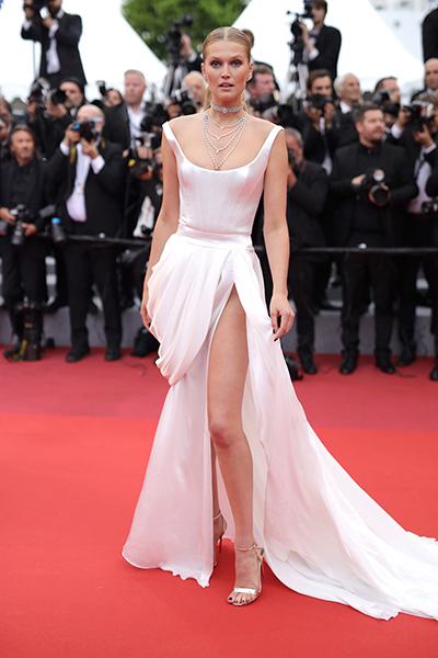 Đến thảm đỏ liên hoan phim Cannes ngày thứ sáu, Toni Garrn chọn bộ đầm haute couture của Ulyana Sergeenko.