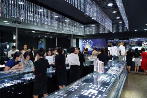Tại sự kiện, DOJI mang đến trải nghiệm khám phá kho kim cương hàng đầu Việt Nam với hàng ngàn viên kim cương kích thước đa dạng, có kiểm định quốc tế uy tín như GIA, IGI,.. và nhiều tuyệt phẩm trang sức thời thượng.